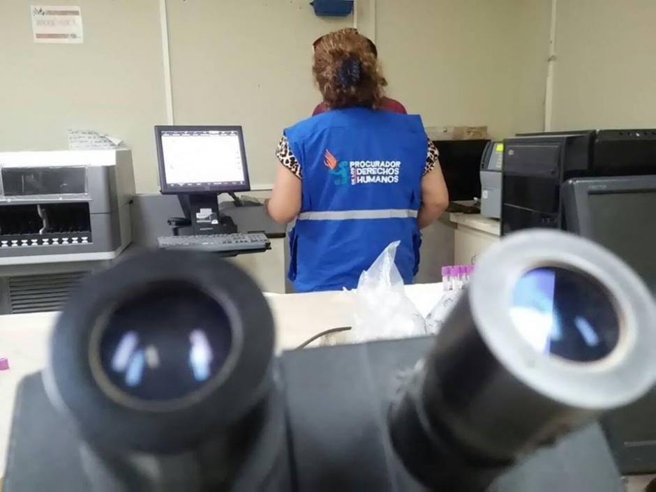 El laboratorio del Hospital no cuenta con cubre objetos, guantes e hilo. (Foto: PDH)