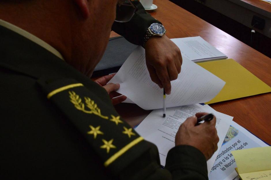 El ministro de la Defensa firma los documentos que entrega a la Comisión de la Mujer en el Congreso. (Foto: Jesús Alfonso/Soy502)