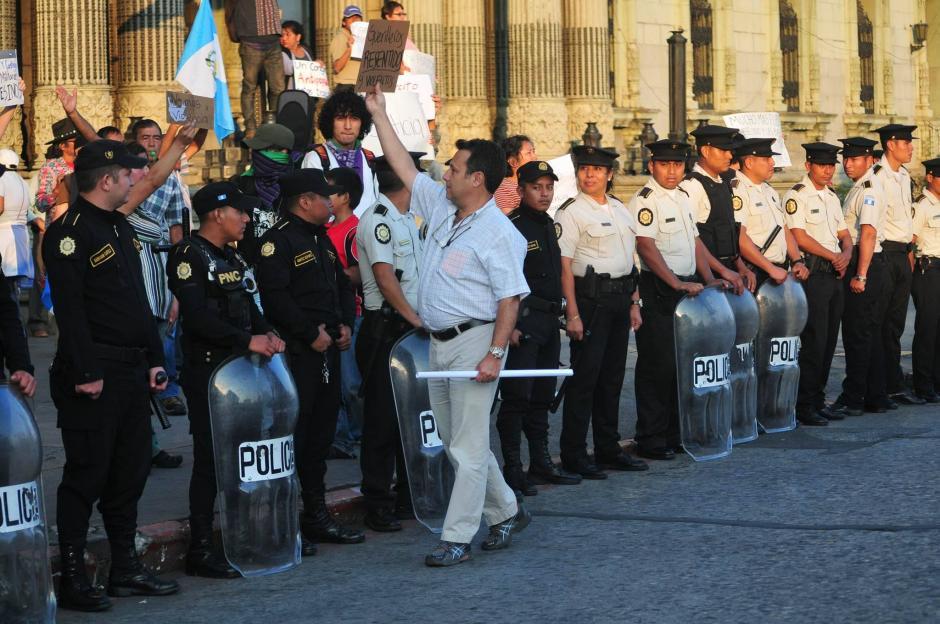 Manifestantes a favor y en contra de las capturas de los militares retirados acusados de desapariciones forzadas se enfrentaron verbalmente. (Foto: Alejandro Balán/Soy502)