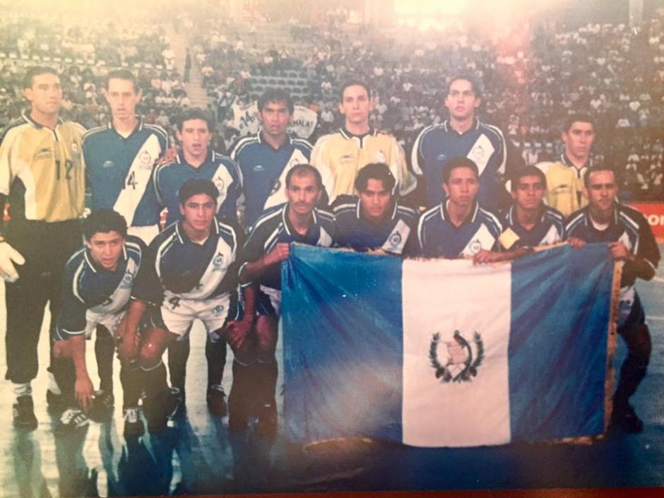 Carlos Mérida estuvo presente en los cuatro mundiales en los que estuvo Guatemala, acá el primero en el 2000. Compartió con Carlos Ruiz, entre otros. (Foto: Facebook)