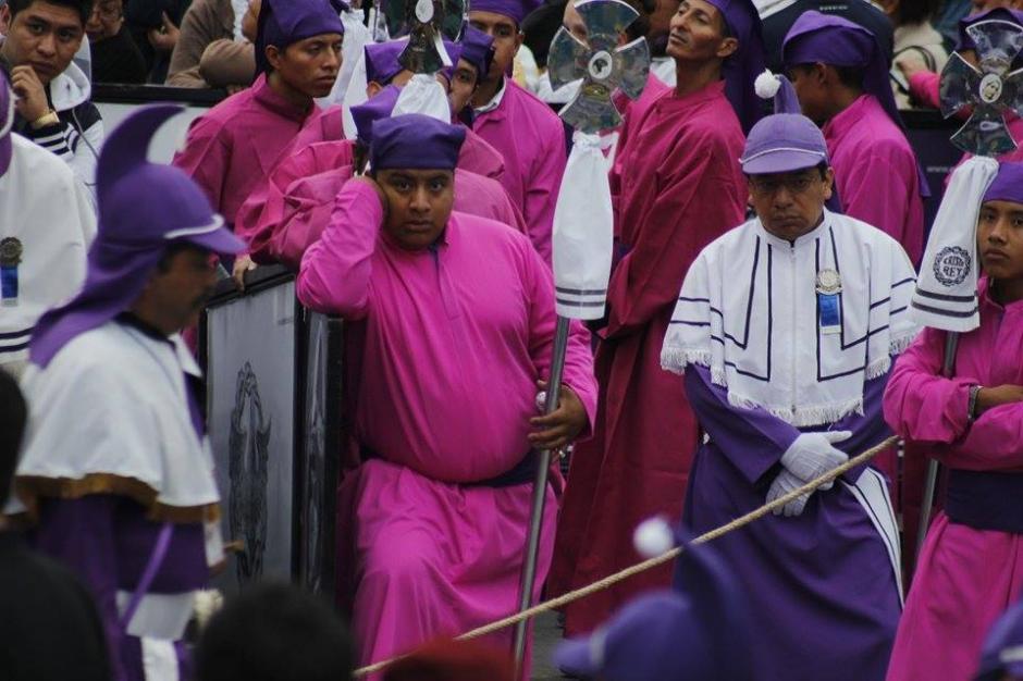 Cucuruchos esperan su turno para cargar el anda. (Foto: Jorge Sente/Soy502)