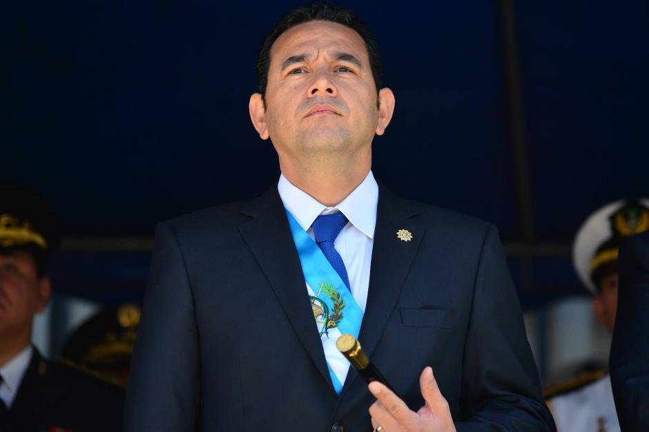 El presidente Jimmy Morales durante la ceremonia en la que recibió el bastón de mando del Ejército de Guatemala. (Foto: Wilder López/Soy502)