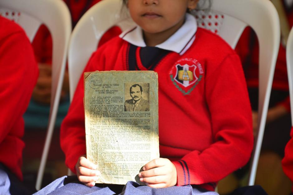 Una alumna muestra un libro escrito por el Ministro de Educación, Rubén Alfonso Ramírez. (Foto: Wilder López/Soy502)