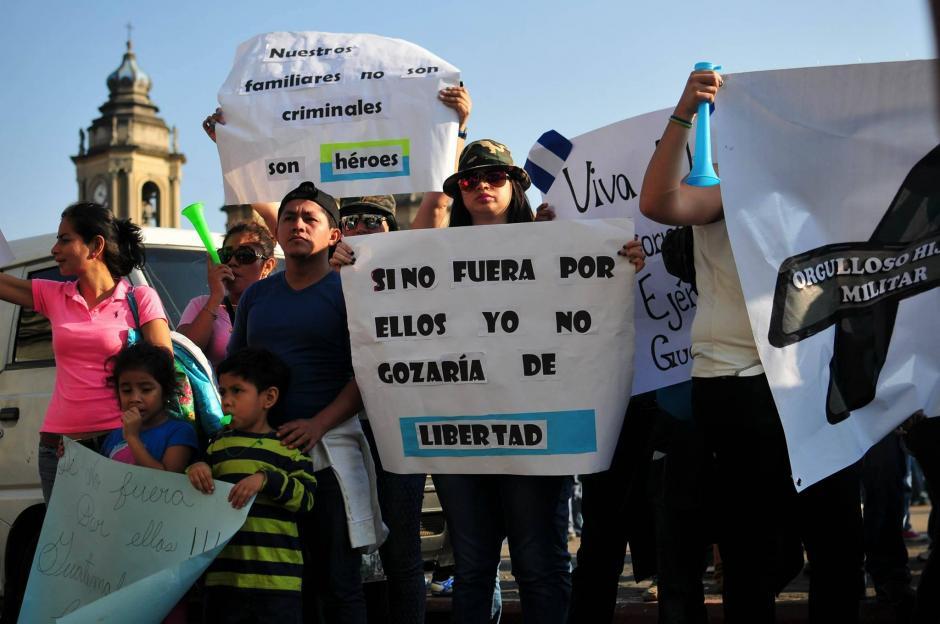 Familiares de militares retirados que recientemente fueron capturados protestaron en la Plaza de la Constitución para pedir que sean liberados. (Foto: Alejandro Balán/Soy502)