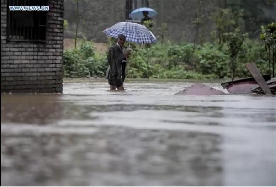 Muchos ciudadanos chinos se las ingenian para salir de las inundaciones.  (Foto: CCNTV)