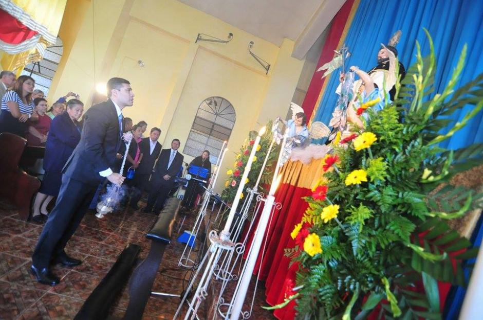 El nuevo alcalde de Mixco acudió al Oratorio Santo Domingo de Guzmán para rezar previo a la toma de posesión. (Foto Alejandro Balán/Soy502)