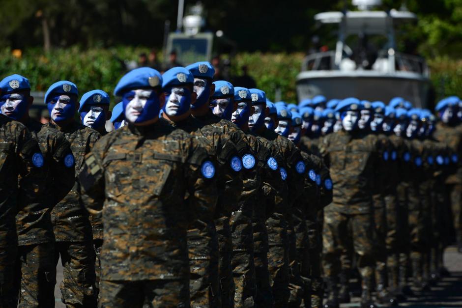 Elementos del Ejército de Guatemala rindieron honores al nuevo presidente Jimmy Morales durante la ceremonia para recibir el bastón de mando del Ejército. (Foto: Wilder López/Soy502)