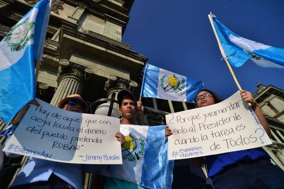 Un grupo de manifestantes se conglomeraron en la Plaza de la Constitución para exigir al nuevo gobierno compromiso y transparencia durante su gestión. (Foto: Wilder López/Soy502)