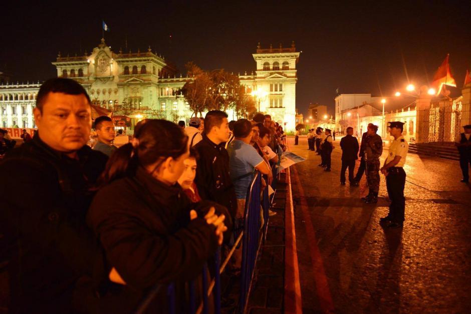 Algunas personas se acercaron para poder observar la llegada del presidente Jimmy Morales a Catedral Metropolitana, donde se realiza un Te Deum. (Foto: Jesús Alfonso/Soy502)