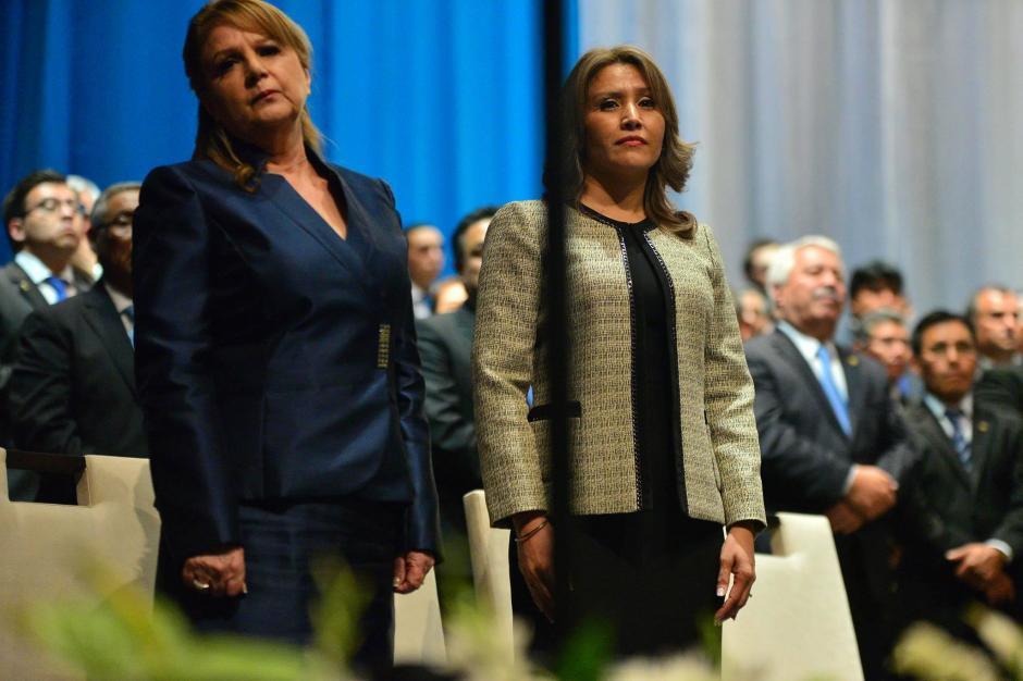 La Primera Dama de la Nación Patricia Marroquín junto a Elizabeth Cortez de Cabrera esposa del vicepresidente Jafeth Cabrera durante la toma de posesión. (Foto: Wilder López/Soy502)