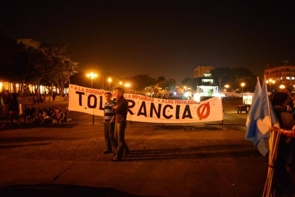 A la Plaza de la Constitución llegaron varias personas con mantas para hacer saber al mandatario Jimmy Morales un mensaje sobre la no tolerencia a la corrupción. (Foto: Jesús Alfonso/Soy502)