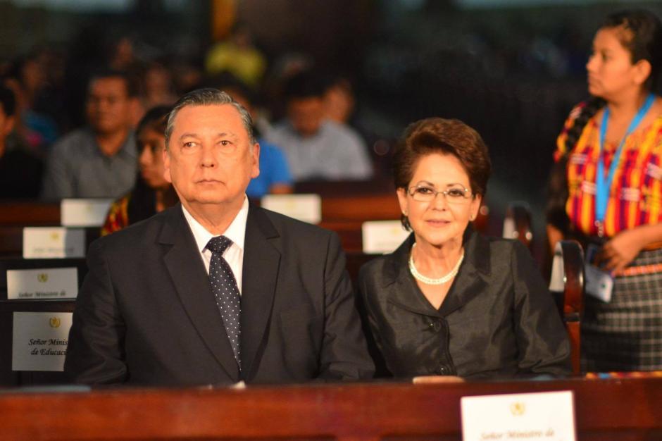 Alfonso Fuentes Soria y su esposa, fueron los primeros en llegar a Catedral Metropolitana. (Foto: Jesús Alfonso/Soy502)