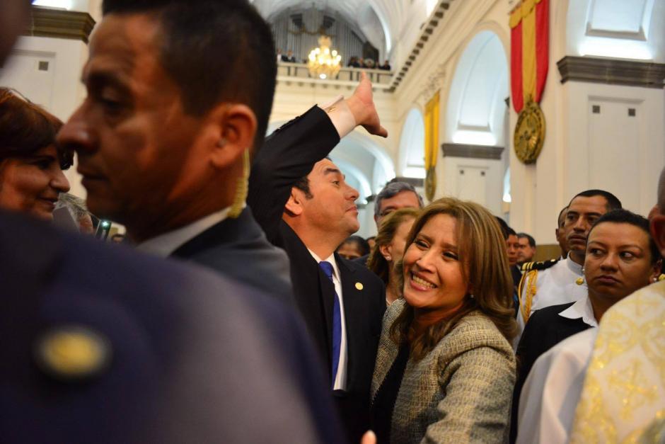 Jimmy Morales y su esposa durante el ingreso a Catedral Metropolitana. (Foto: Jesús Alfonso/Soy502)