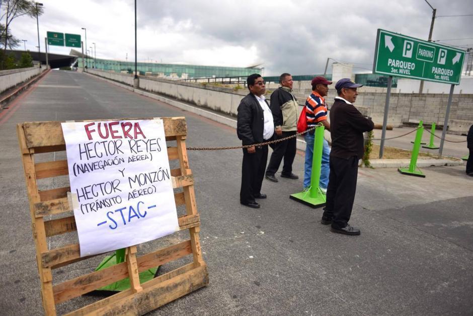 Empleados del Aeropuerto Internacional La Aurora cierran los ingresos a la terminal aérea para exigir el cumplimiento de los derechos de los trabajadores. (Foto: Jesús Alfonso/ Soy502)