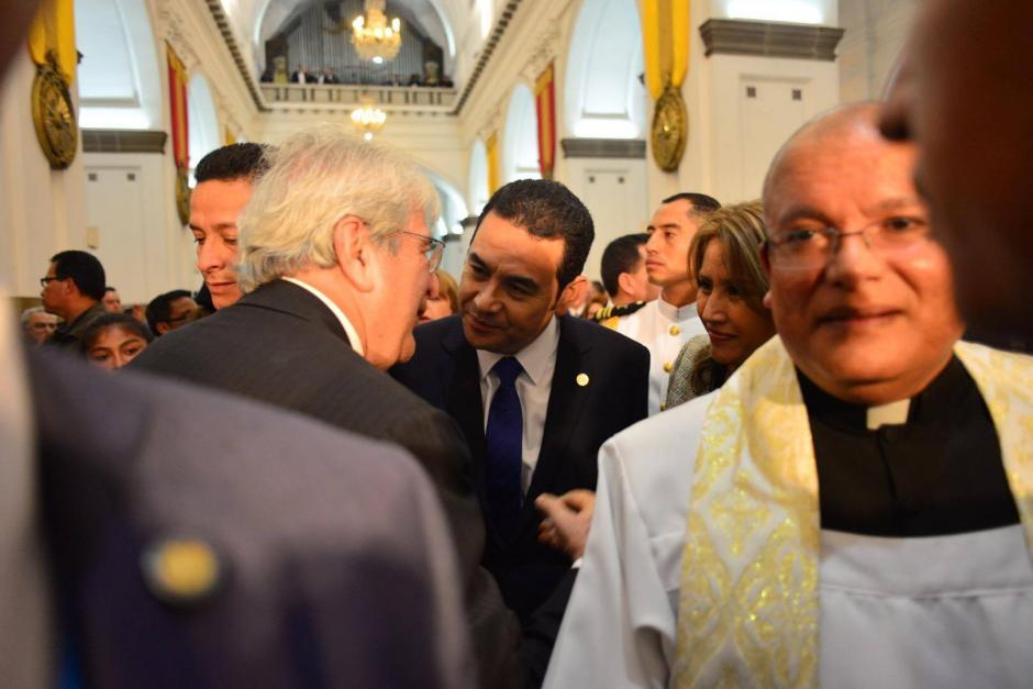 El presidente Jimmy Morales recibe el saludo del ex vicepresidente Rafael Espada. (Foto: Jesús Alfonso/Soy502)