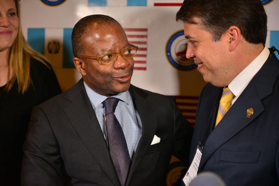 El embajador de los Estados Unidos Todd Robinson y el alcalde de Villa Nueva Edwin Escobar participan en el Simposio de Seguridad Ciudadana. (Foto: Wilder López/Soy502)