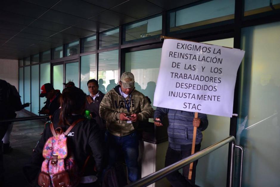 El ingreso al Aeropuerto Internacional La Aurora permanece cerrado por empleados que exigen la regularización del pago de salarios. (Foto: Jesús Alfonso/Soy502)
