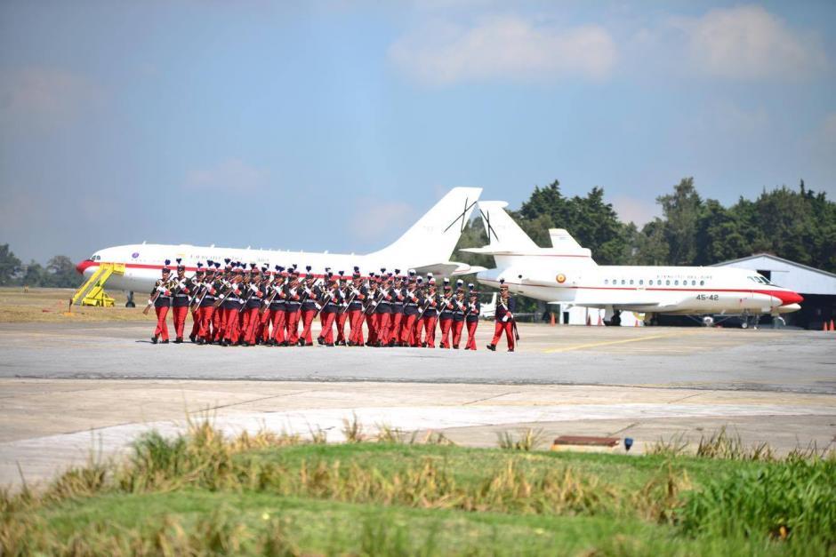 Los cadetes de la Escuela Politécnica son la escolta que recibe a los dignatarios. (Foto: Jesús Alfonso/Soy502)