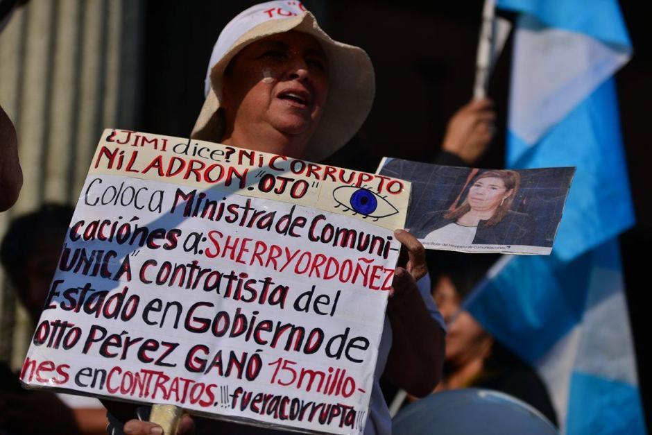 Este ciudadano recuerda al mandatario que una de sus ministras tiene cuentas pendientes.(Foto: Wilder López/Soy502)