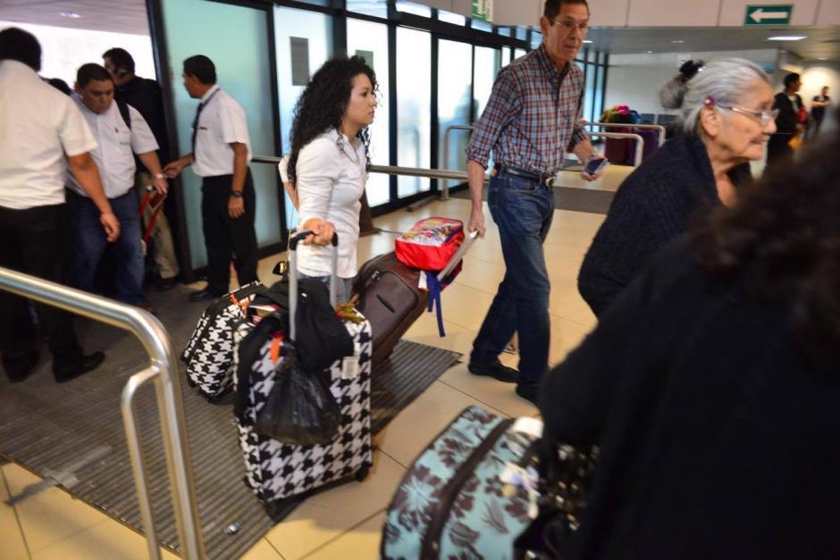 Cientos de viajeros fueron afectados por un bloqueo en el ingreso al Aeropuerto Internacional La Aurora; empleados piden que se respeten sus derechos laborales. (Foto: Jesús Alfonso/Soy502)