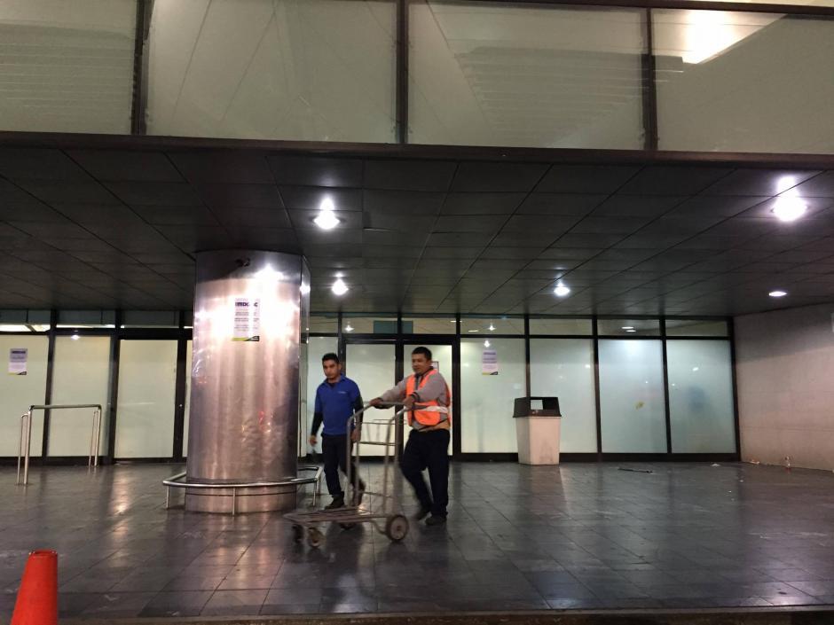 Los empleados del aeropuerto tuvieron un día descanso forzado provocado por la suspensión de decenas de vuelos por la erupción del Volcán de Fuego. (Foto: Pedro Pablo Mijangos/Soy502)