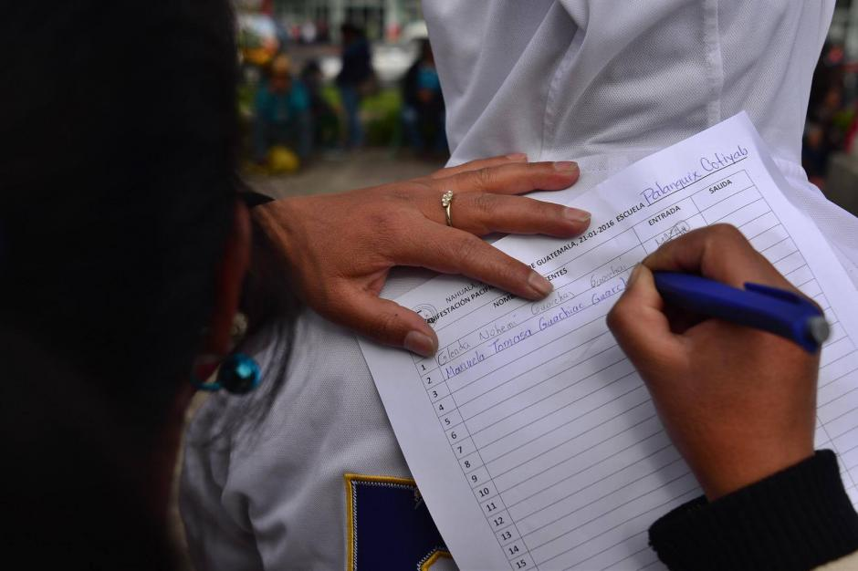 Maestros que participan en la manifestación de este jueves se anotaron en una lista de asistencia. (Foto: Jesús Alfonso/ Soy502)