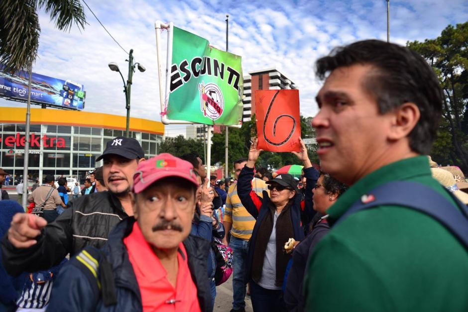 Cientos de maestros realizan una manifestación para solicitar el cumplimiento de once peticiones al gobierno del presidente Jimmy Morales. (Foto: Jesús Alfonso/ Soy502)