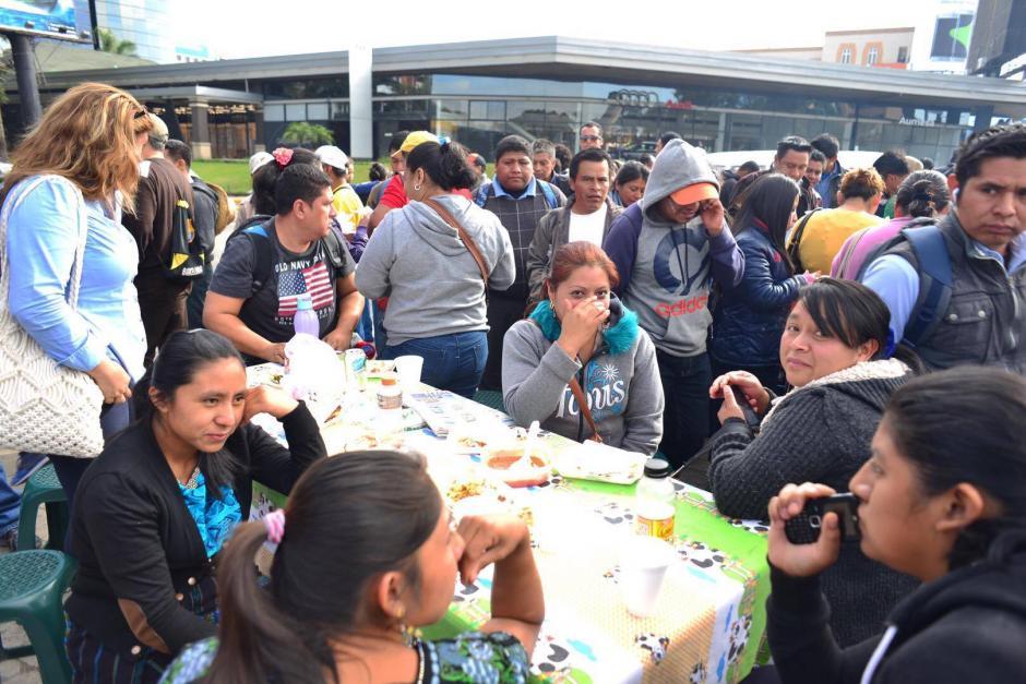 Maestros desayunan previo a participar en una manifestación desde el Obelisco hasta Casa Presidencial. (Foto: Jesús Alfonso/ Soy502)