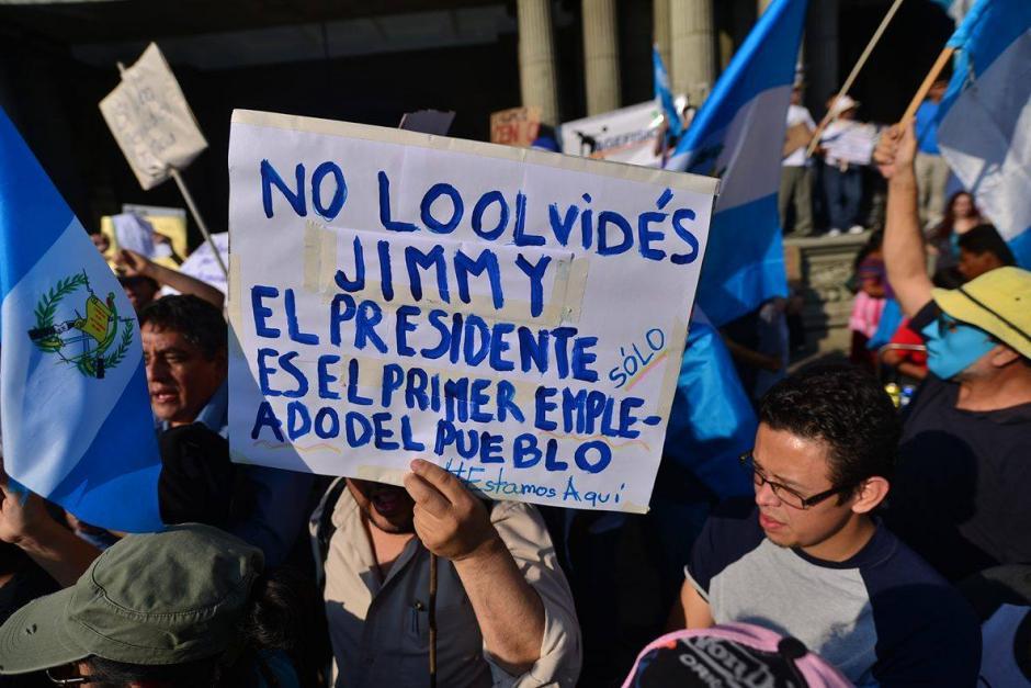 Los manifestantes recuerdan al presidente Jimmy Morales que es vigilado por la ciudadanía.(Foto: Wilder López/Soy502)