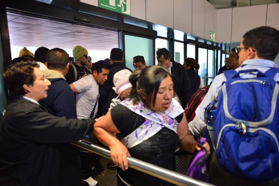 Durante algunos minutos fueron abiertas las puertas del Aeropuerto Internacional La Aurora para que ingresaran los viajeros que durante varias horas han esperado por el bloqueo que mantienen los empleados. (Foto: Jesús Alfonso/ Soy502)