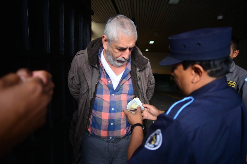 Brayan Jiménez llega a la Torre de Tribunales con un fajo de dinero en la mano, se tiene previsto que este día inicie el proceso de extración en su contra. (Foto: Wilder López/ Soy502)