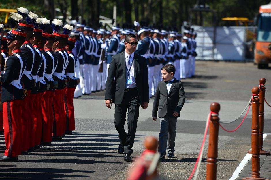 Uno de los hijos del Presidente Jimmy Morales llega a la ceremonia para recibir el bastón de mando del Ejército. (Foto: Wilder López/Soy502)