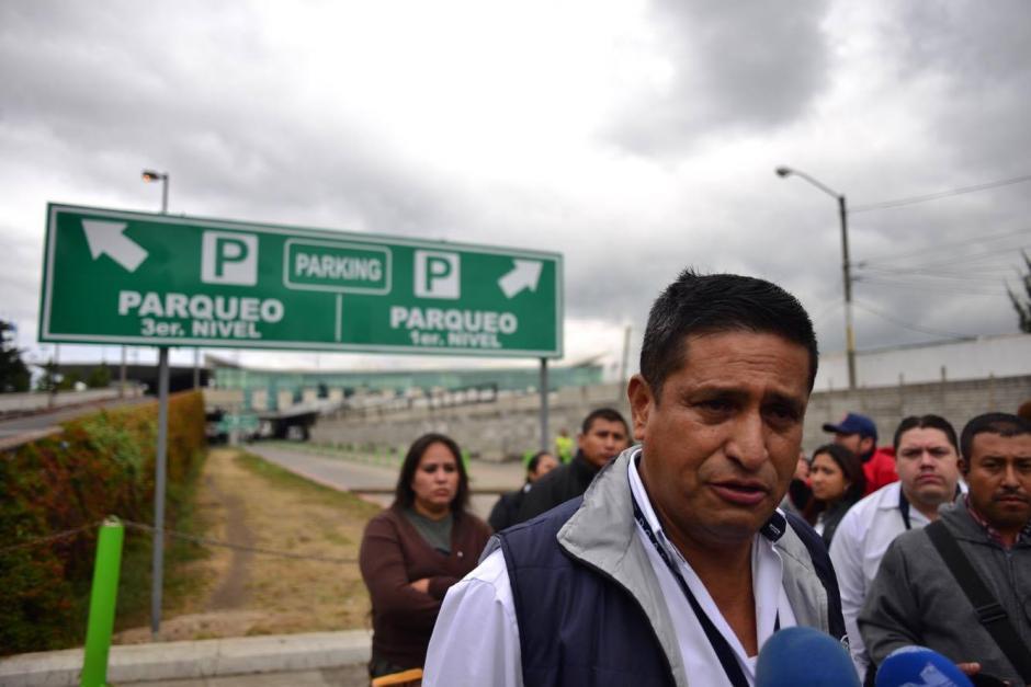 Cientos de personas afectadas por el bloqueo en el ingreso del Aeropuerto Internacional La Aurora que mantienen los empleados de la terminal aérea. (Foto: Jesús Alfonso/ Soy502)