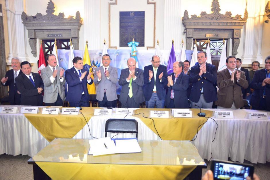 Diputados representantes de las bancadas mayoritarias del Congreso de la República firman Iniciativa para reformar Ley Orgánica del Organismo Legislativo. (Foto: Jesús Alfonso/ Soy502)