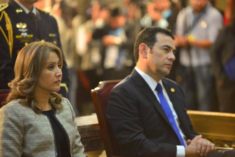 La pareja presidencial escucha al Arzobispo de Guatemala durante el Te Deum católico. (Foto: Jesús Alfonso/Soy502)
