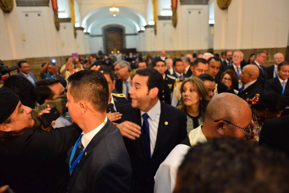 Algunos asistentes en Catedral Metropolitana saludaron al presidente Jimmy Morales, cuando entró al templo. (Foto: Jesús Alfonso/Soy502)