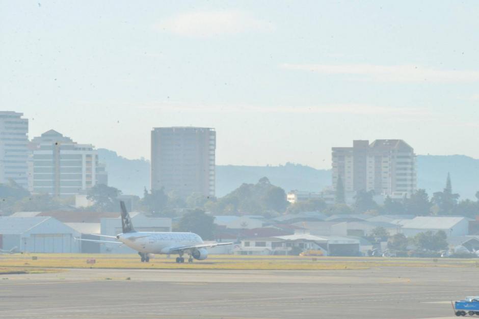 La mañana de este jueves fueron reanudadas las operaciones en el Aeropuerto Internacional La Aurora luego de permacer cerrado desde la noche del pasado miércoles. (Foto: Jesús Alfonso/ Soy502)