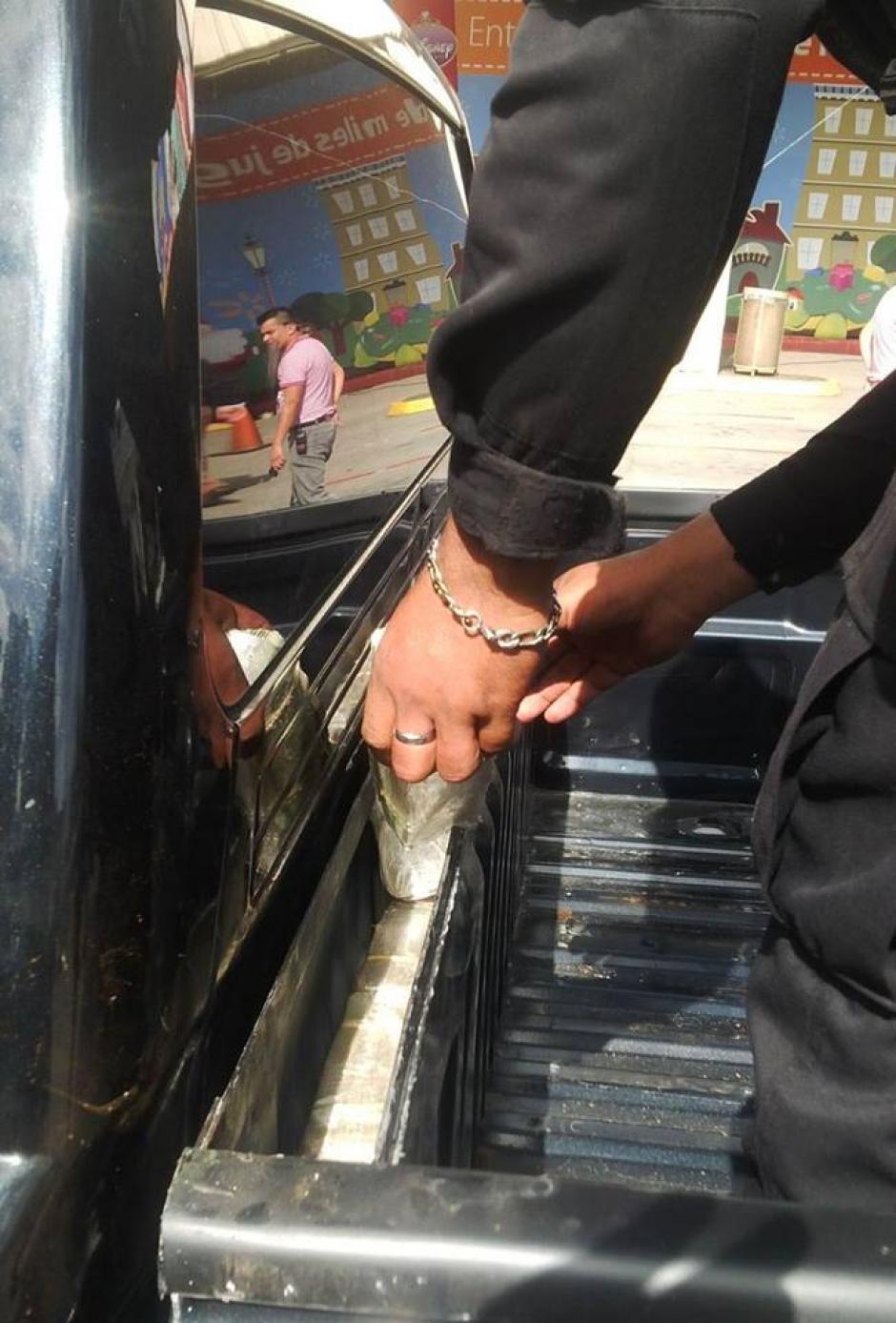 La PNC localizó los paquetes en un compartimiento oculto del picop donde se conducía el colombiano. (Foto: PNC)