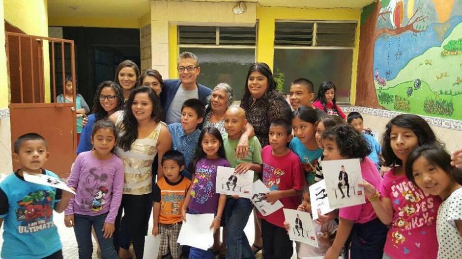 El conductor de televisión visitó varias escuelas guatemaltecas. (Foto: Randy Fenoli)