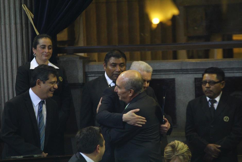 El presidente del Congreso Mario Taracena y el expresidente del legislativo Luis Rabbé se abrazan al finalizar la Sesión Solemne. (Foto: Alexis Batres/ Soy502)
