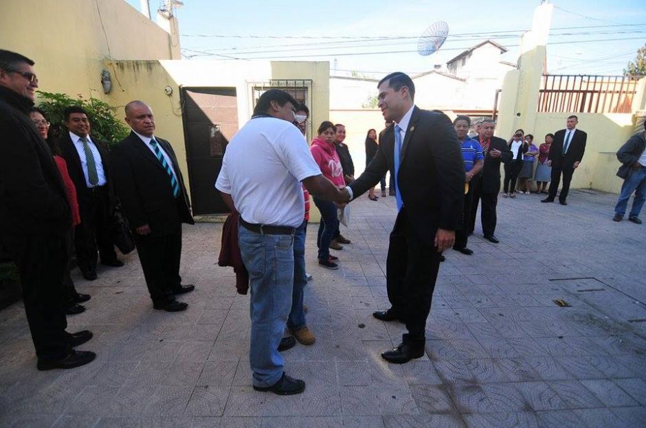 El político se mostró feliz a su llegada al Oratorio, donde saludó a los vecions que estaban en el lugar. (Foto Alejandro Balánñ/Soy502)