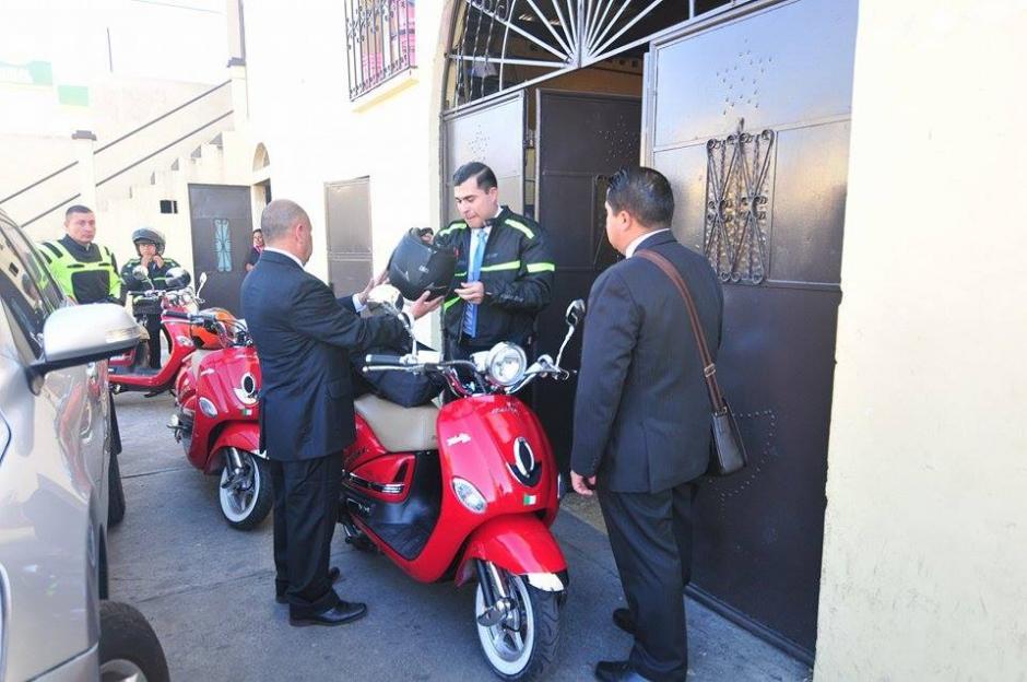 Bran arribó al Oratorio a bordo de una motoneta roja. (Foto Alejandro Balán/Soy502)