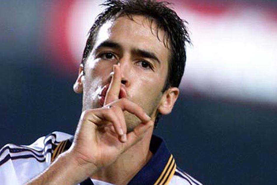 La mítica imagen de Raúl, el 7 eterno del Madrid mientras calla al Camp Nou durante un derbi en 1999. (Foto: rtve.es)
