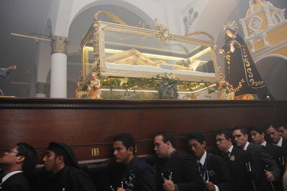 El Señor Sepultado de la Rectoría de la Iglesia de Santa Catalina salió en procesión este Viernes Santo. (Foto: Jorge Sente/ Nuestro Diario)