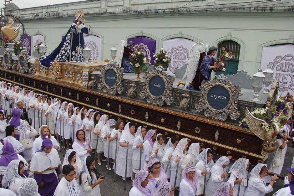 La procesión de la Virgen de Dolores es cargada por decenas de mujeres devotas. (Foto: Jorge Sente/Soy502)