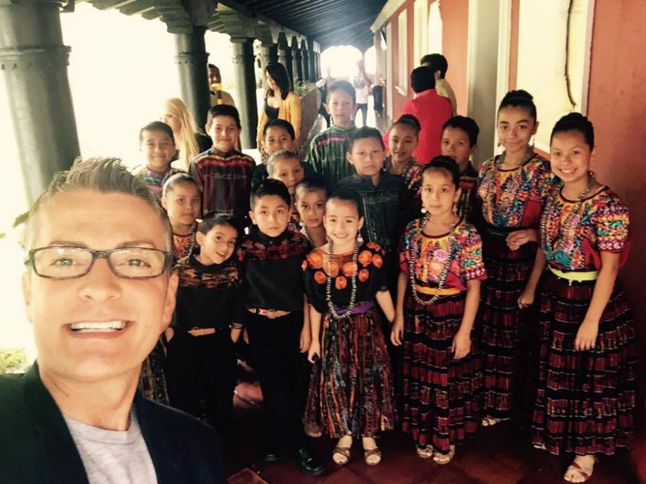 """La estrella de la televisión Randy Fenoli, junto al grupo de niños """"Amigos de la Marimba"""". (Foto: Randy Fenoli)"""