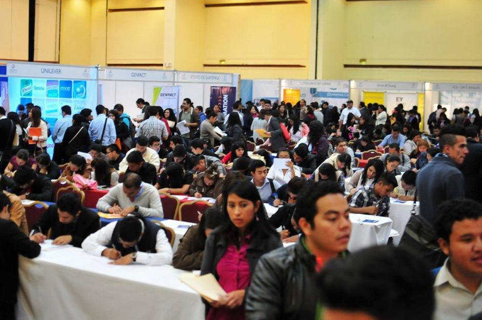 Miles de guatemaltecos se aglomeraron para conseguir una oportunidad en la primera feria de empleo del año. (Foto: Alejandro Balán/Soy502)