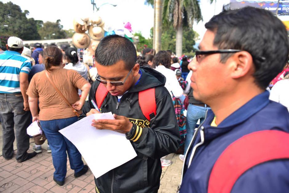 Maestros que participan en la manifestación de este jueves, se anotaron en una lista de asistencia. (Foto: Jesús Alfonso/ Soy502)