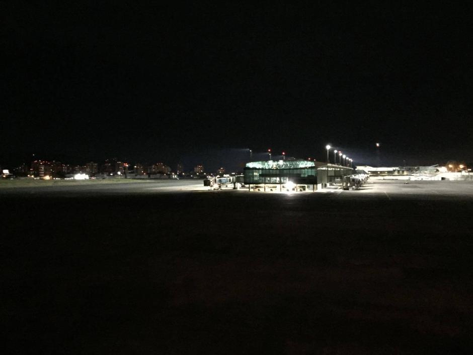 El Aeropuerto Internacional La Aurora lucía desolado esta noche debido a la suspensión de operaciones que declaró la DGAC. (Foto: Pedro Pablo Mijangos/Soy502)