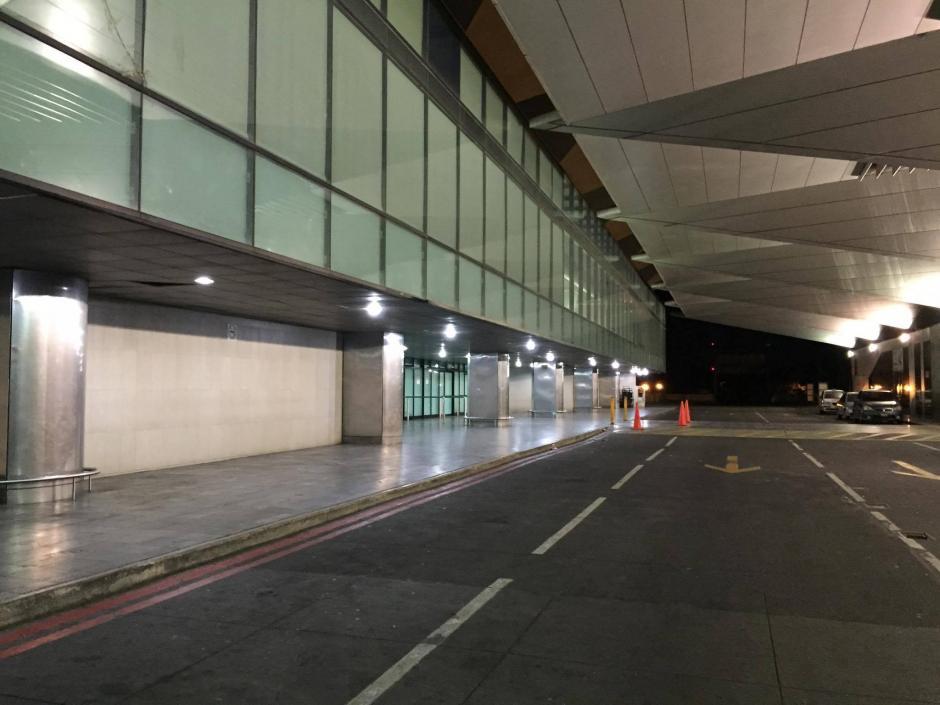 Los accesos al Aeropuerto lucían desolados por la suspensión de labores provocada por la erupción del Volcán de Fuego. (Foto: Pedro Pablo Mijangos/Soy502)